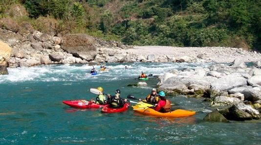 Forspaddlingskurs Nepal, en av många forsar på floden Seti