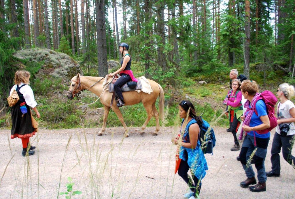 Den som vill rider på en häst en stund.