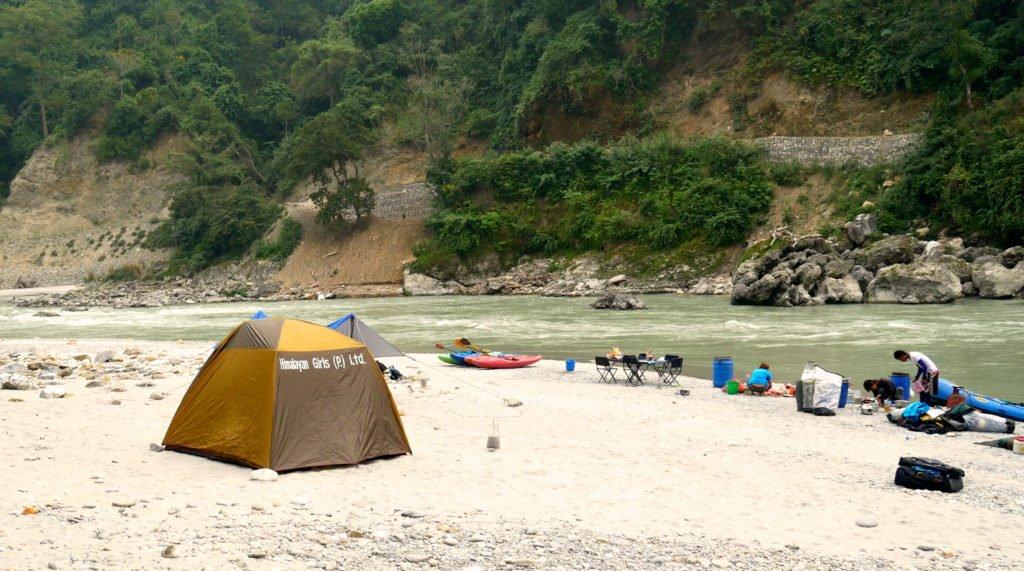 Paddlingskurs Nepal. Camping på sandstrand