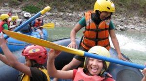 unga tjejer får lära sig paddling