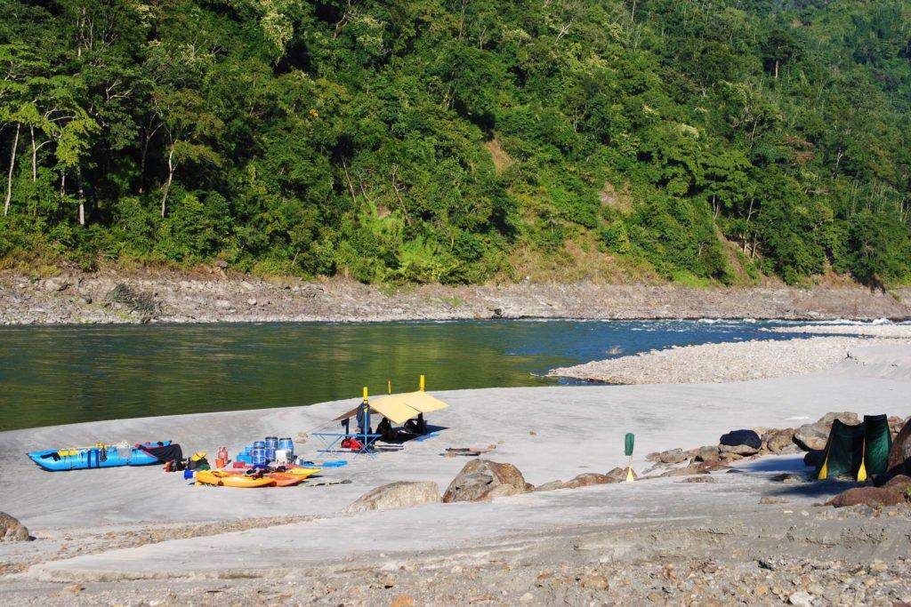 Forspaddling Nepal, läger på en sandstrand vid floden