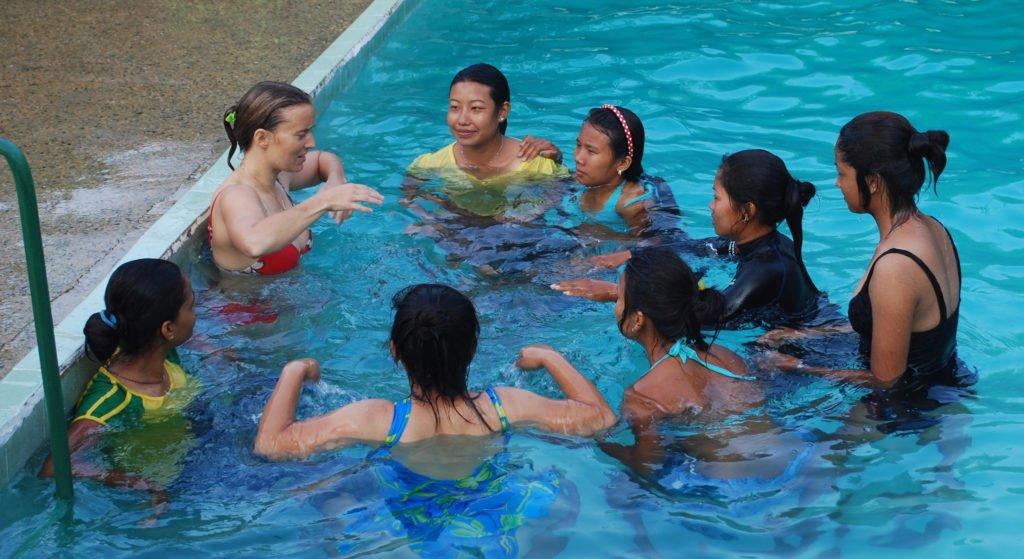 Nepalesiska tjejer får lära sig simma med Inka Gurung