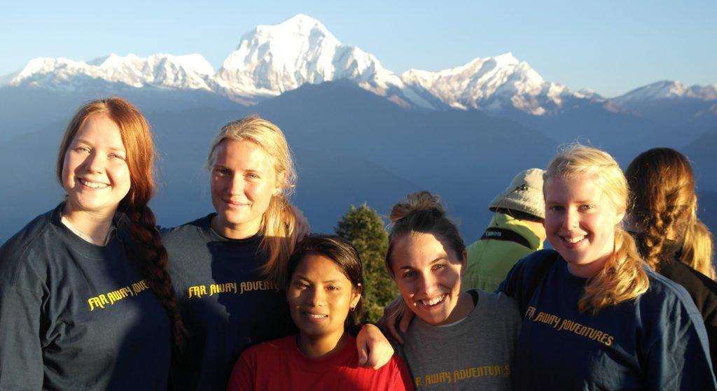 Himalayan Adventure Girls, glada resenärer framför snötäckta Annapurna