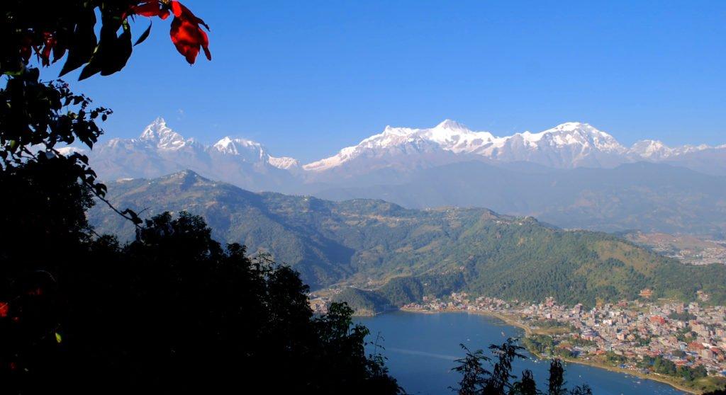 Vy av Annapurnabergen och Pokhara