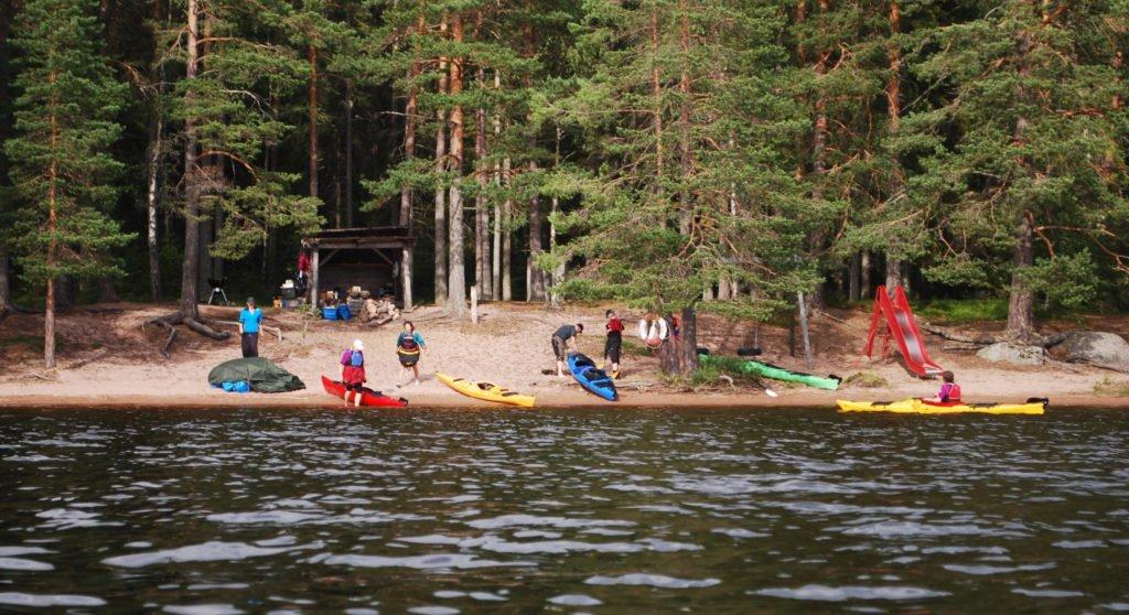 Äventyr i Sverige, kajaker vid en strand