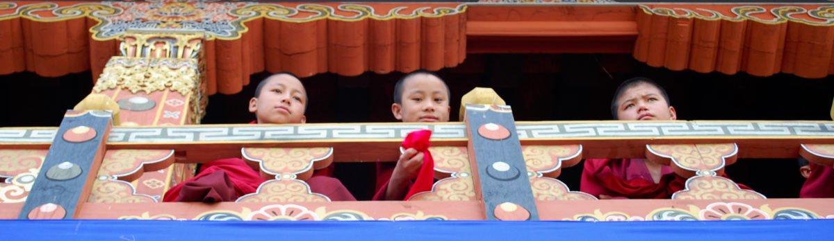 Resa Bhutan, små munkar i ett kloster