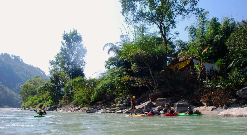 Vandra och paddla i Nepal, Micke på SUP-bräda och övriga i kajak