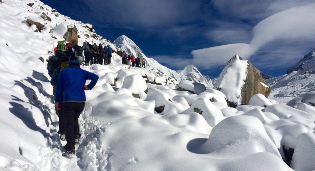 Snöbeklädd stig