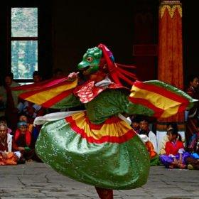 dansare i kloster på resa till Bhutan