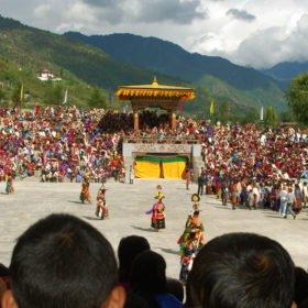 Munkar framför traditionella danser på resa till Bhutan
