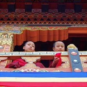 Unga munkar på resa till Bhutan