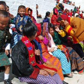 Clowner roar publiken på resa till Bhutan