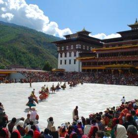 Högtid med dans på resa till Bhutan
