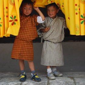 Pojkar klädda i traditionella kläder på resa till Bhutan