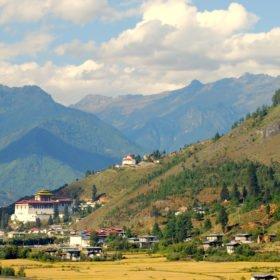 Paro, den lilla staden man flyger in till på resa till Bhutan