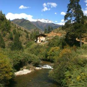 Skog, berg, bäckar och enstaka hus