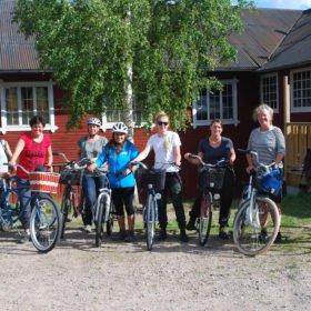 Gruppen redo för cykeltur utanför vårt boende vid forsen.