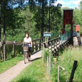 Vi cyklar över en vacker hängbro