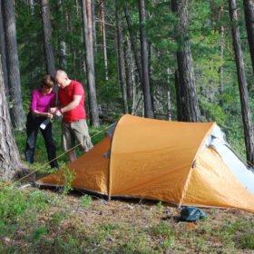 Vi hjälps åt att sätta upp tält