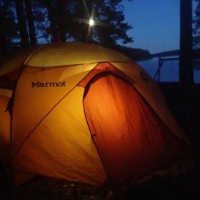 camping på en ö i Flosjön