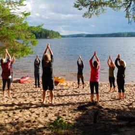 Yoga på stranden vid Flosjön, Dala-Floda