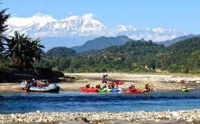 Forspaddlingskurs Nepal, kajaker på en strand och snötäckta berg
