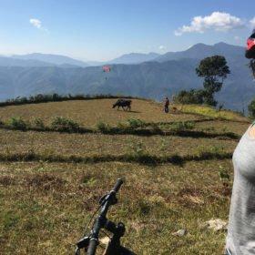 Forspaddlingsresa Nepal, cyklare njuter av vy av berg och fält