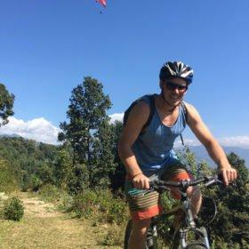 Forspaddlingsresa Nepal, gäst cyklar mountainbike