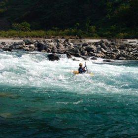 Forspaddlingsresa Nepal, paddlare i grönt och vitt vatten.