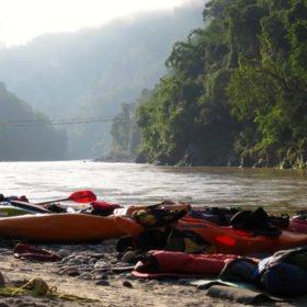 Forspaddlingsresa Nepal, kajaker på en strand vid floden