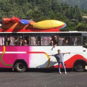Forspaddlingsresa Nepal, gruppbild buss med kajaker på taket