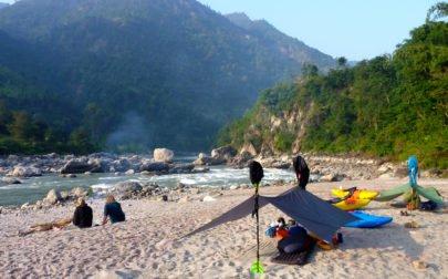 Forspaddlingsresa Nepal, camping på sandstrand