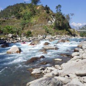 Forspaddlingresa Nepal, paddlare vid ett flodmöte