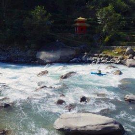 Forspaddlingsresa Nepal, kajakpaddlare i en fors vid ett tempel