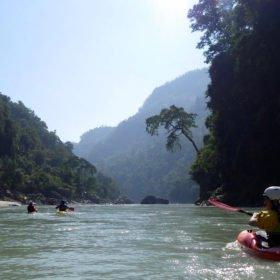 Forspaddlingsresa Nepal, paddlare i kajaker på en grön flod