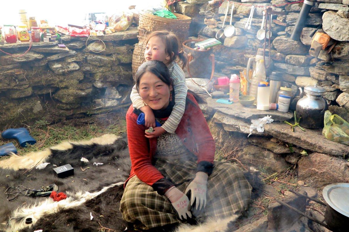 kvinna med son på vandring i Bhutan