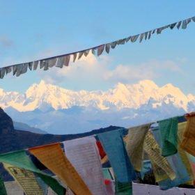 Vy av snötäckta berg på vandring i Bhutan