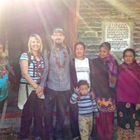 VandriVandring i Nepal, gruppbild utanför ett hem i en byng i Nepal