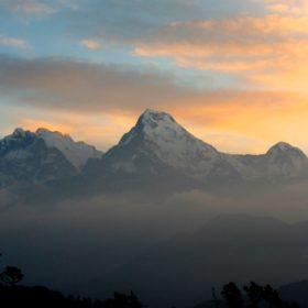 Vandring i Nepal, vy av berg i solnedgången