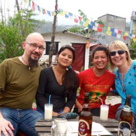Rickard och Annso-fi med guiderna Anu och Kamala