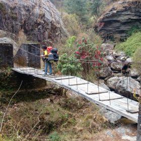 Vandring i Nepal, en hängbro i Nepal