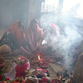 Vandring i Nepal, familj sitter på golvet