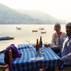 Vandring i Nepal, Rickard och Annso-fi vid en sjö i Pokhara