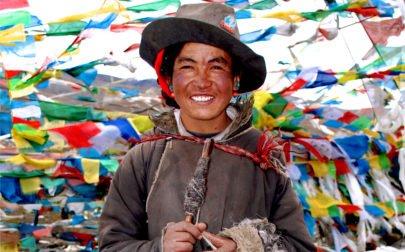 Tibetansk fåraherde på ett av alla höga bergspass vi passerar