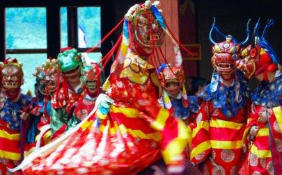 Munkar dansar i ett kloster