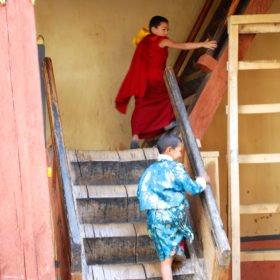 Barn leker vid Paro Dzong