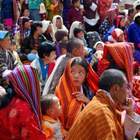 Bhutaneser firar en högtid i Thimpu