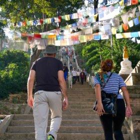 På väg Paddlingskurs Nepal. På väg upp till Swayambunath till Swayambunath