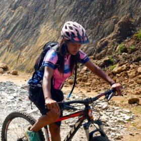 dags för Paddlingskurs Nepal. Kvinnlig MTB-guide. mountainbiketur