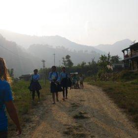 Paddlingskurs Nepal. Möte med skolbarn.